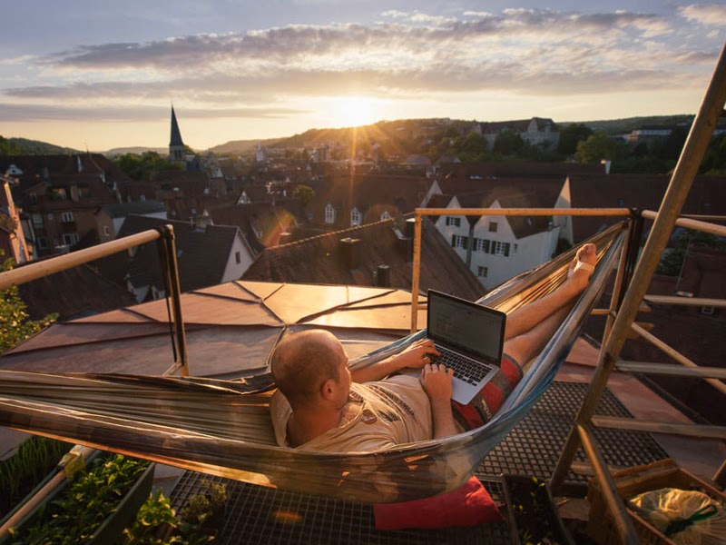10 clever ways to improve your balcony her beauty for Balcony hammock