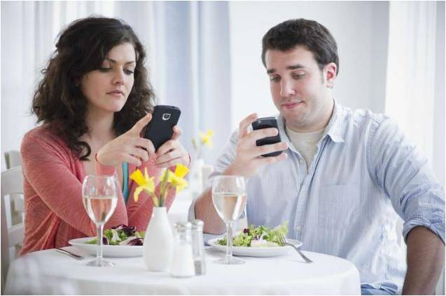 things-women-keep-doing-on-dates-even-though-men-hate-them-05