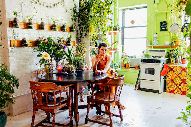 a-girl-with-a-green-thumb-500-plants-in-one-apartment-04