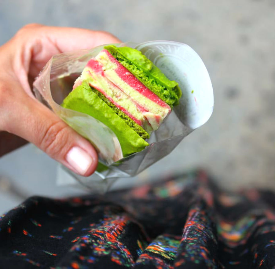 macaron-ice-cream-sandwiches-the-newest-dessert-trend-and-we-are-all-for-it-08
