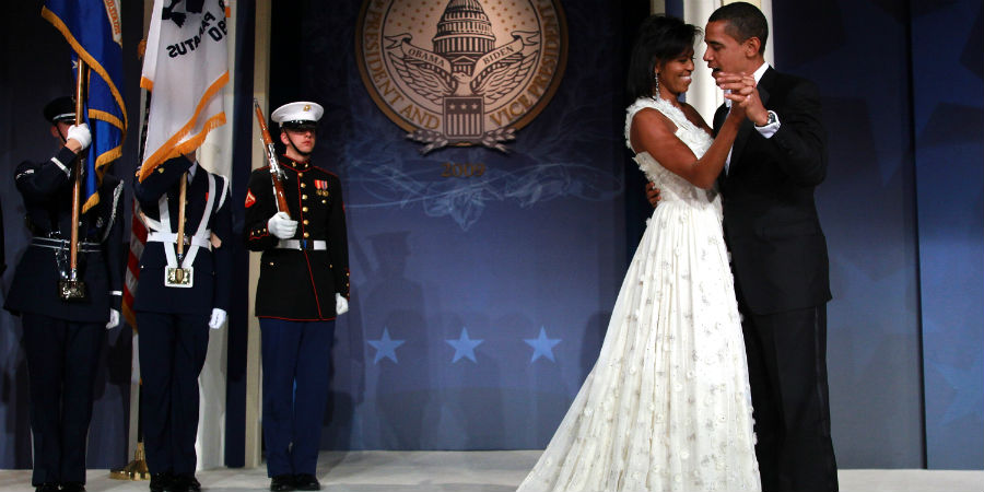 barack-and-michelle-obama-sweetest-moments-04