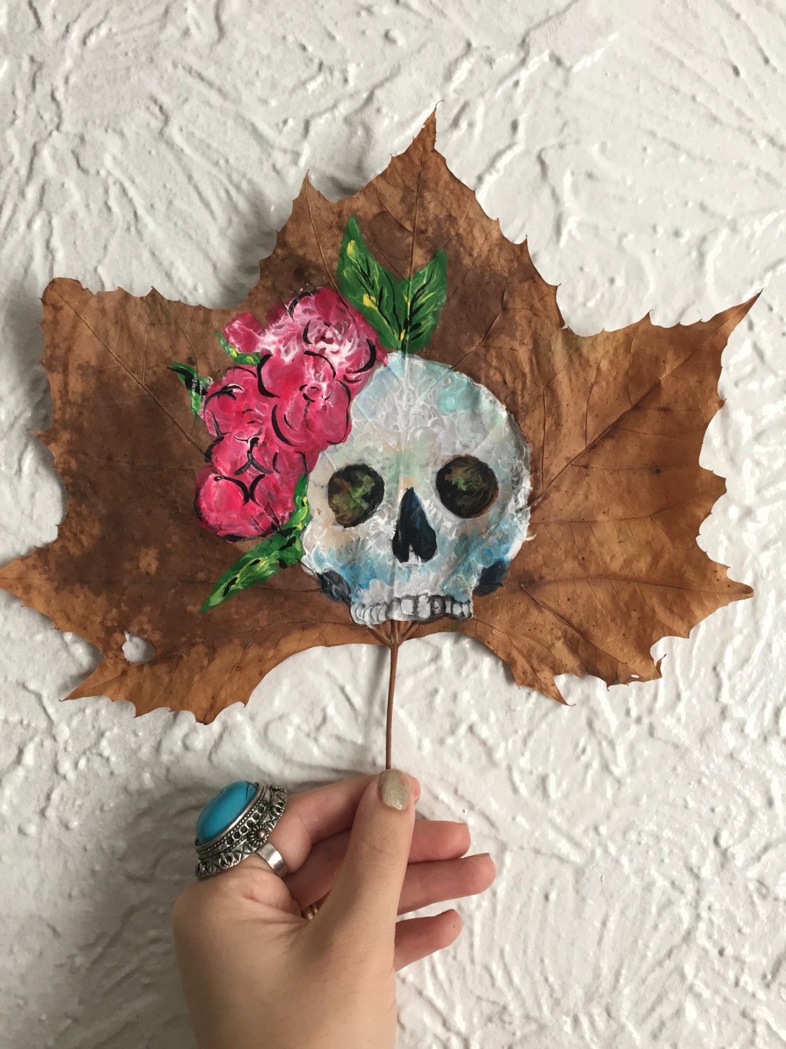 this-artist-is-painting-incredible-works-of-art-on-dried-leaves-01