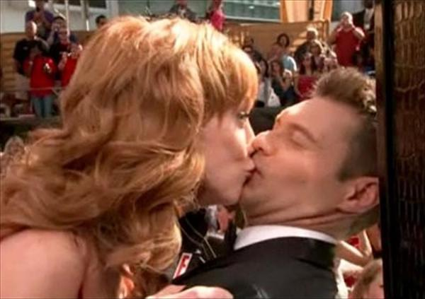 Most_Awkward_Celebrity_Kisses_14