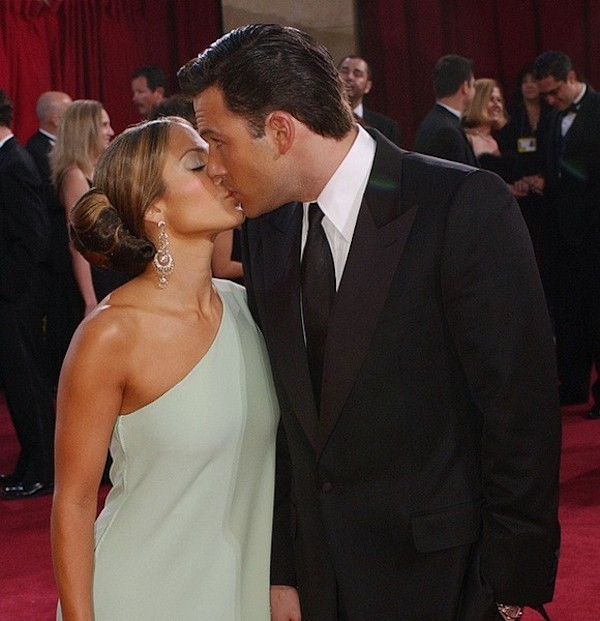 Most_Awkward_Celebrity_Kisses_4