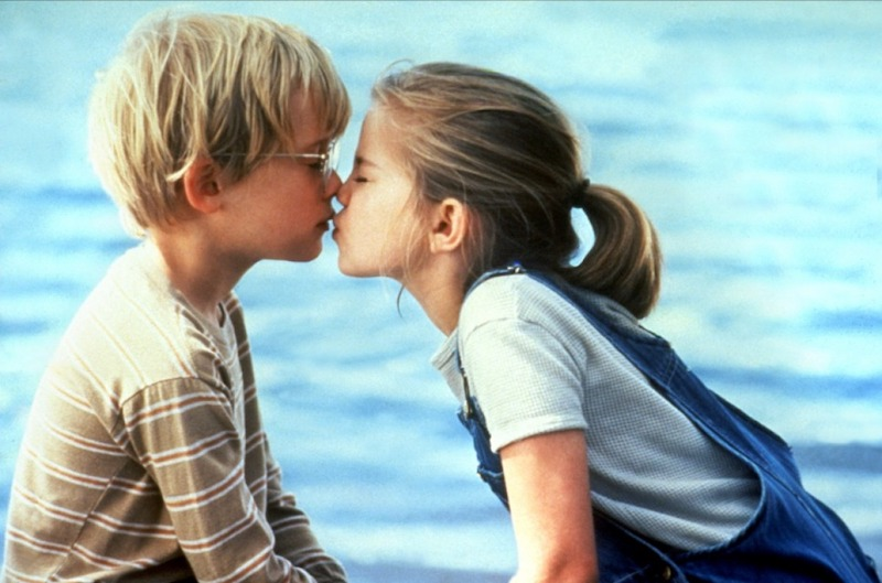 10_Celebs_Who_Had_Their_First_Kiss_On_Screen7