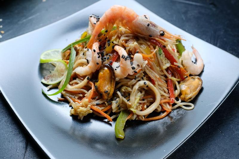 Рисовая лапша с мидиями внесет разнообразие в ваше повседневное меню и порадует пряным вкусом и ароматом азиатской кухни.