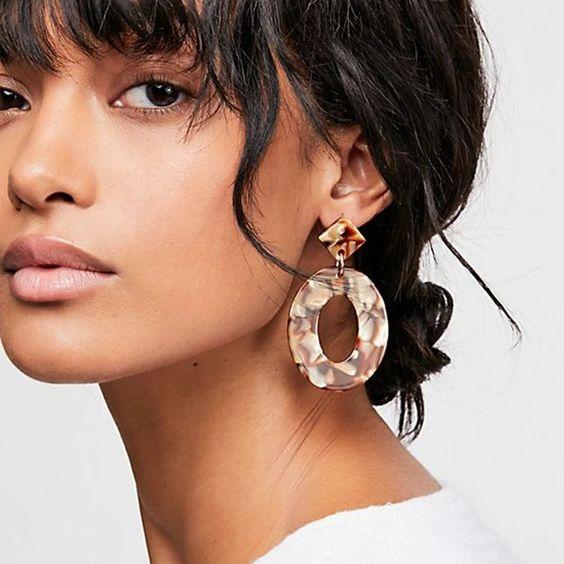 Sử dụng hoa tai buông to bản | 15 gợi ý phong cách thời trang của phụ nữ Á Đông | Her Beauty