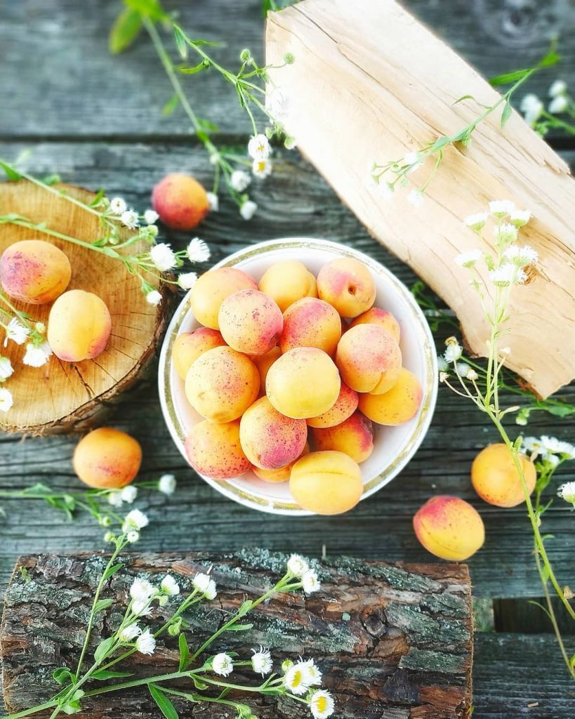 Абрикосы | 9 продуктов, которые сделают ваши пяточки мягкими и ухоженными | Her Beauty
