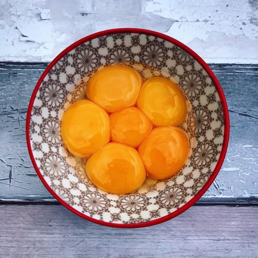 Яичные желтки| 9 продуктов, которые сделают ваши пяточки мягкими и ухоженными | Her Beauty