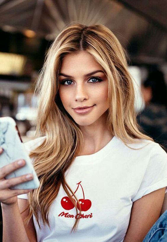 Одинокая женщина много времени проводит в социальных сетях | Как понять, что перед вами одинокая женщина: 9 точных примет | Her Beauty