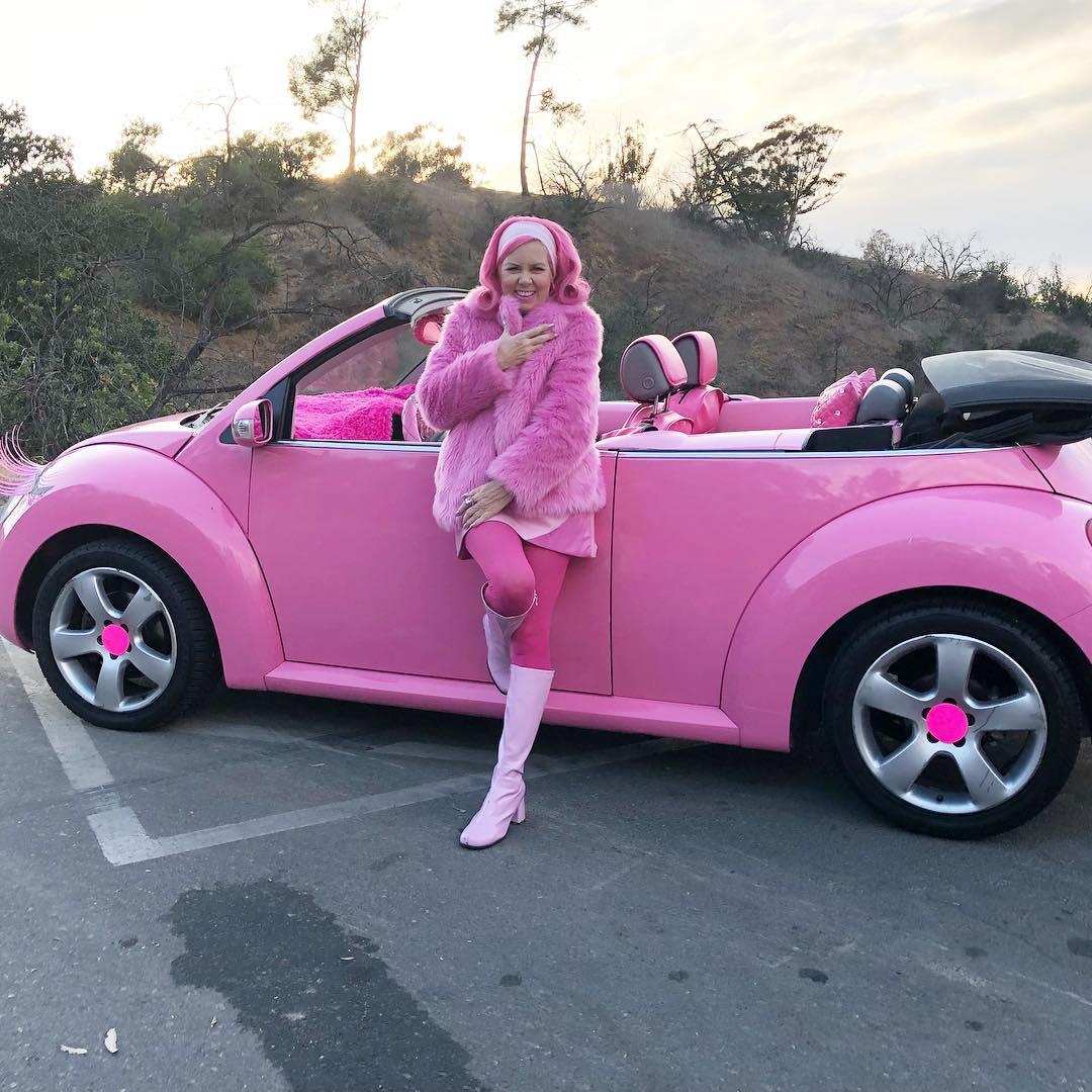 блондинка и ее розовый друг ладно думаю