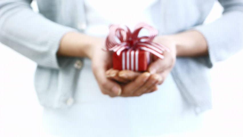 Одинокая женщина любит делать подарки | Как понять, что перед вами одинокая женщина: 9 точных примет | Her Beauty