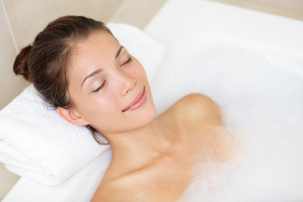 Tận hưởng sự thư giãn trong bồn tắm muối   | 7 lợi ích tuyệt vời cho sắc đẹp từ muối biển | Her Beauty