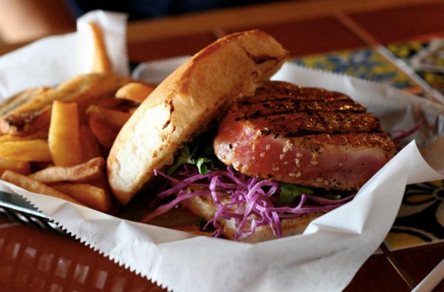 Бургер с тунцом и салатом коул-слоу | 10 интересных рецептов домашних бургеров | Her Beauty