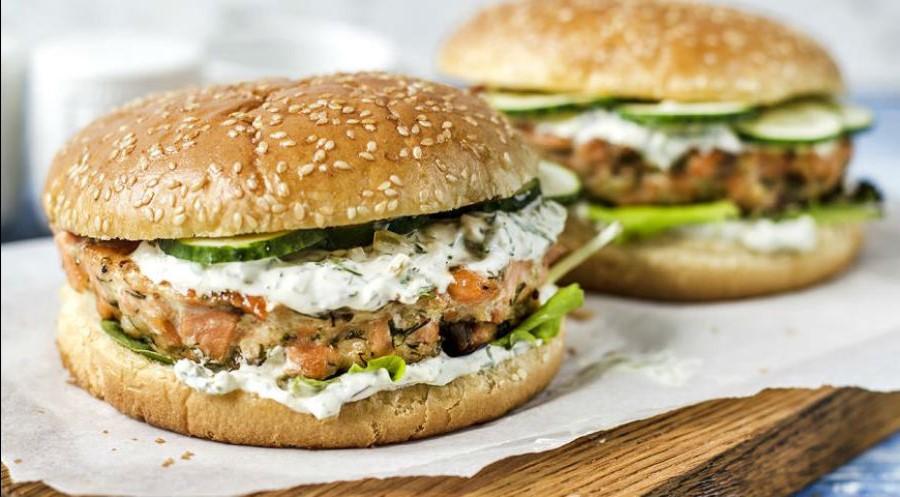 Фишбургер с котлетой из лосося и соусом дзадзыки | 10 интересных рецептов домашних бургеров | Her Beauty