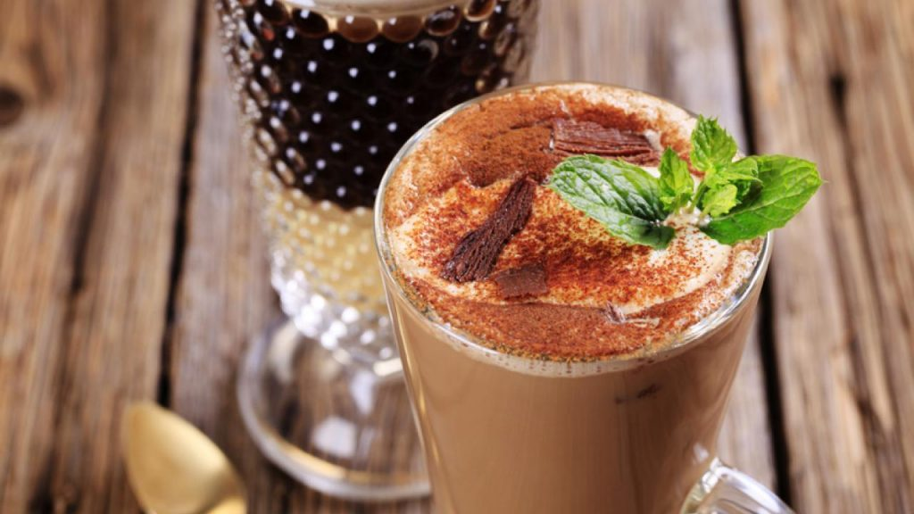 Шоколадно-мятный холодный кофе | 10 крутых рецептов холодного кофе | HerBeauty