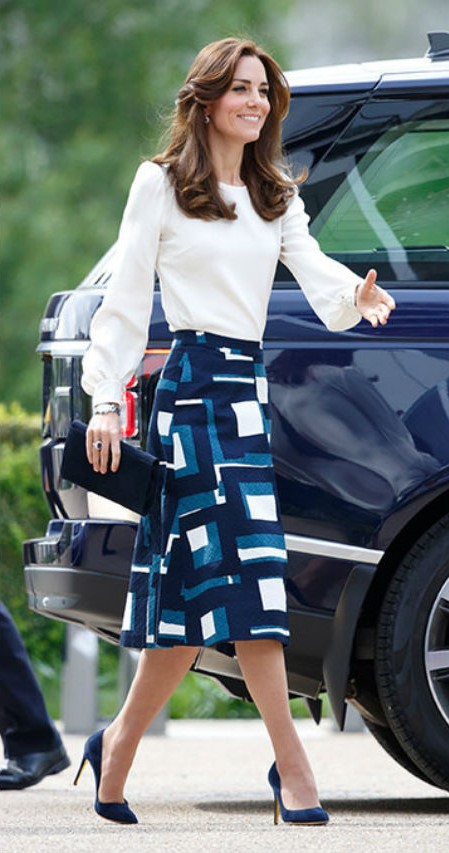 Кейт появляется в слегка расклешенных миди юбках| Кейт vs Меган: сравниваем стиль двух герцогинь | Her Beauty