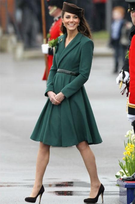 Кейс в костюме с пиджаком и юбкой| Кейт vs Меган: сравниваем стиль двух герцогинь | Her Beauty