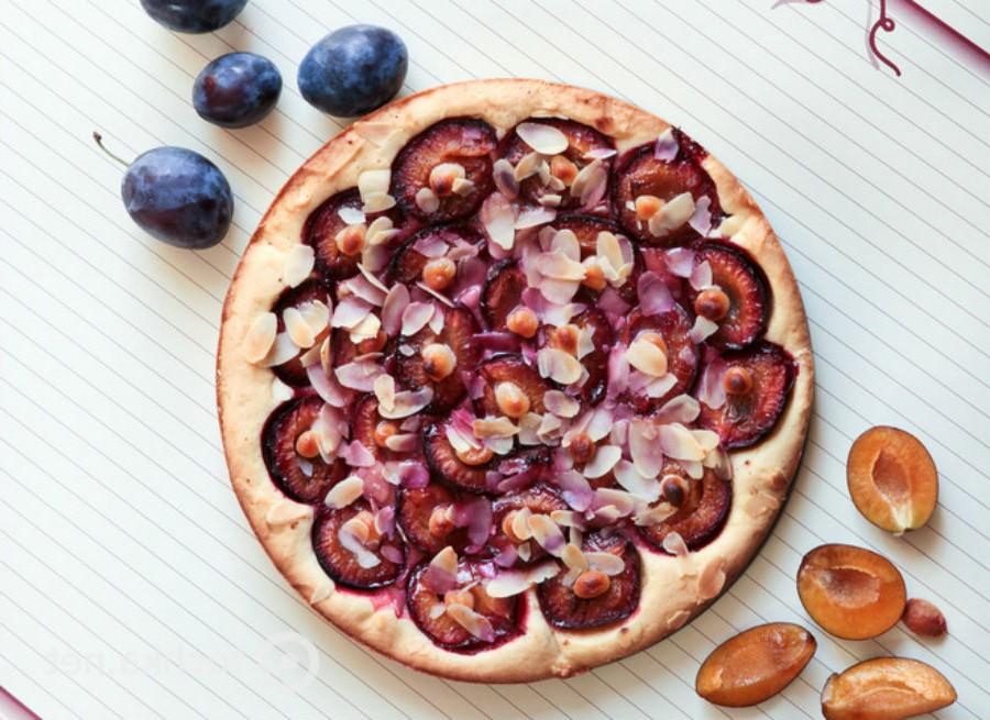 Пирог со сливами и фундуком | 10 оригинальных рецептов из сезонных овощей и фруктов | Her Beauty