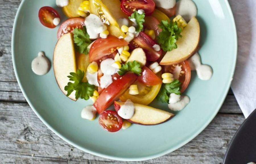 Салат из персиков с помидорами | 10 оригинальных рецептов из сезонных овощей и фруктов | Her Beauty