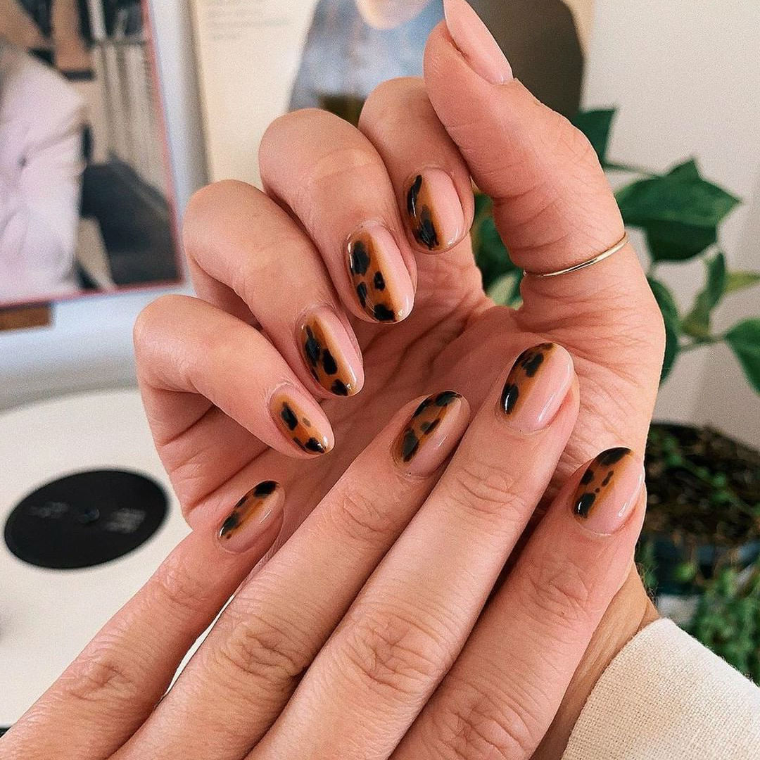 Nature patterns | Tortoiseshell Nails are Autumn's Coolest Manicure Trend | Her Beauty