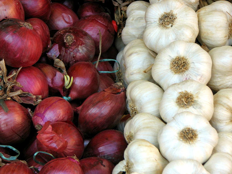 Onions and garlics | 12 Foods You're Storing Incorrectly | Her Beauty