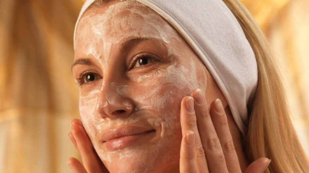 С салициловой кислотой | Безопасный пилинг лица в домашних условиях: 6 легких рецептов | Her Beauty