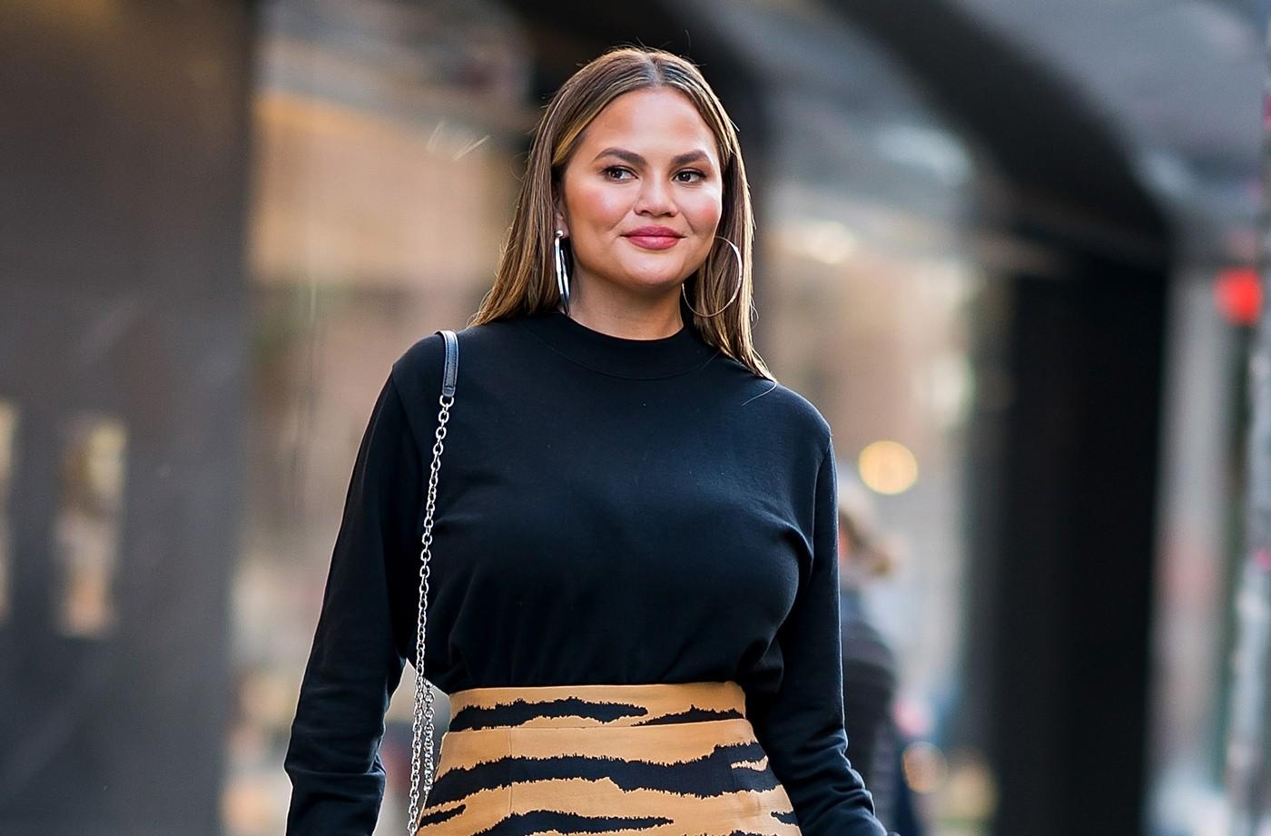 Chrissy Teigen | 7 celebridades que te ayudarán a amar tu cuerpo \ HerBeauty