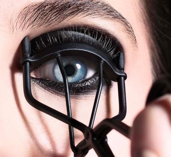 Eyelash curler | Smokey Eye Tutorial for Beginners | Her Beauty