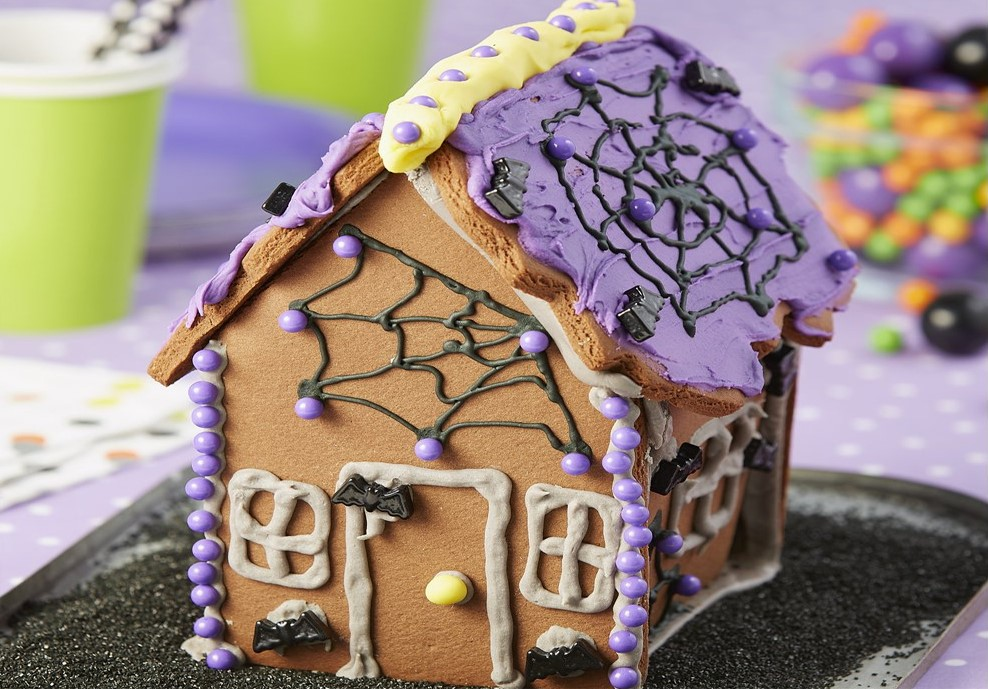 Haunted cookie house | 15 Easy Halloween Cookie Ideas | Her Beauty