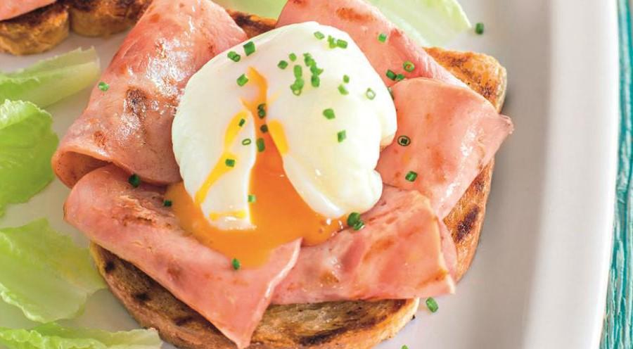 Яйца-пашот на тостах с ветчиной | 10 аппетитных блюд из яиц, которые вы приготовите за 10 минут | Brain Berries