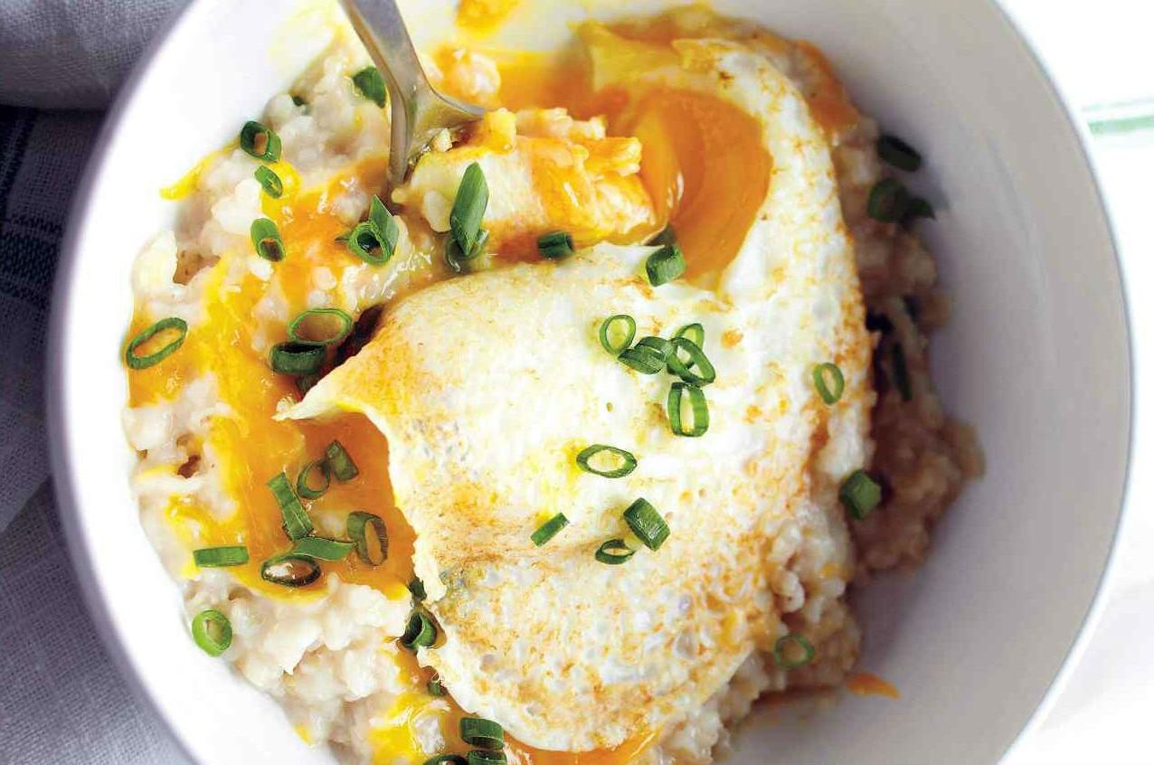 Овсянка с сыром и яйцом | 10 аппетитных блюд из яиц, которые вы приготовите за 10 минут | Brain Berries
