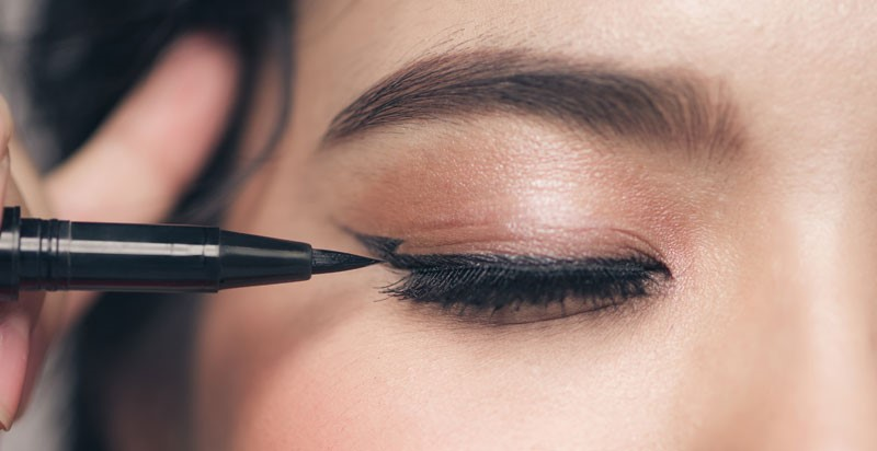 Cat eye hack | 9 Makeup Tips A Person With Hooded Eyes Needs To Know | Her Beauty