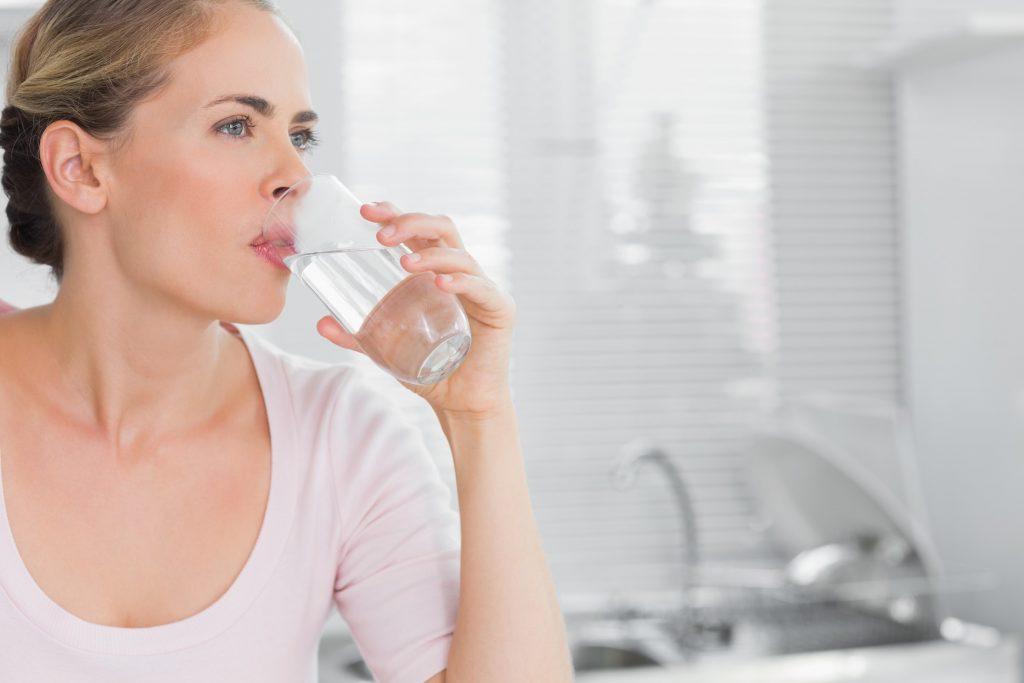 Пейте много воды   10 ежедневных привычек, которые улучшат вашу внешность   Her Beauty