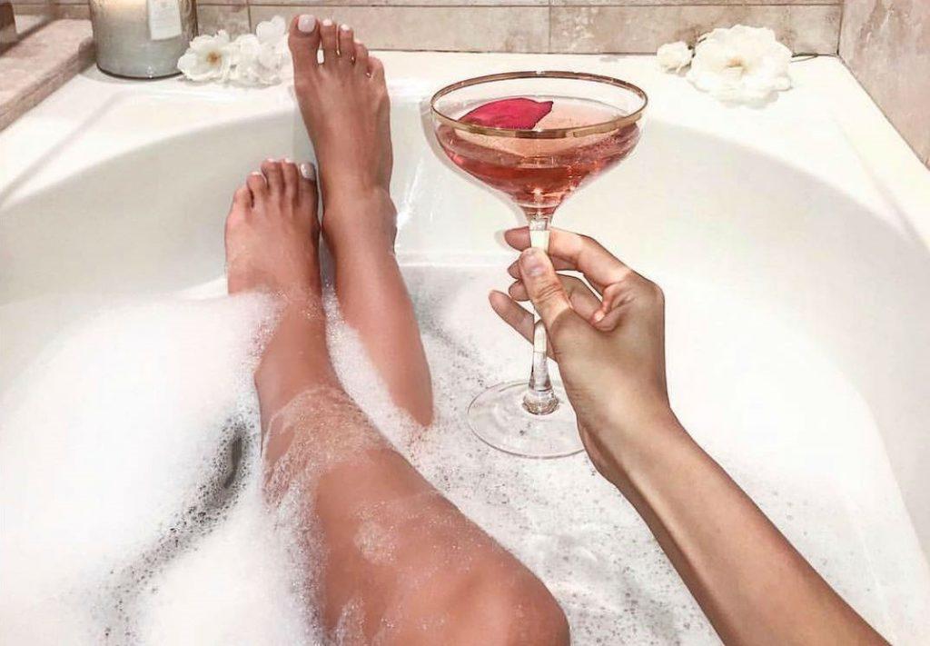 Алкоголь | 8 привычек, негативно влияющих на кожу | Her Beauty