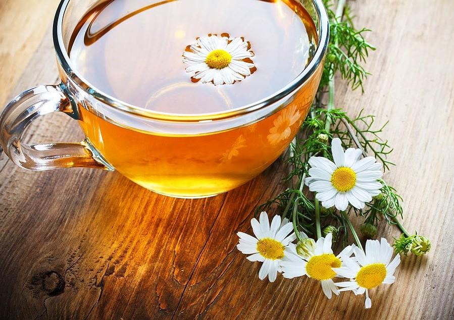 Riduce i crampi | 8 benefici del tè alla camomilla | Her Beauty