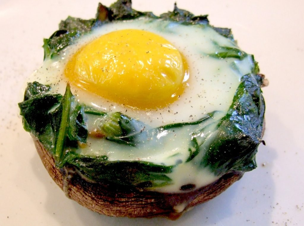 Baked egg with Spinach and Mushroom | 8 Warm Breakfast Ideas for Winter | Her Beauty