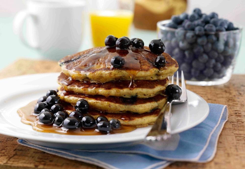 Оладьи с черноплодной рябиной | Оладушки и панкейки: 10 вкусных идей для осеннего завтрака | Her Beauty
