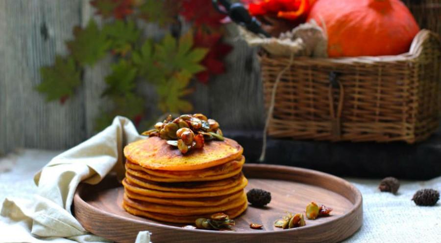 Тыквенные панкейки с карамелизированными тыквенными семечками | Оладушки и панкейки: 10 вкусных идей для осеннего завтрака | Her Beauty