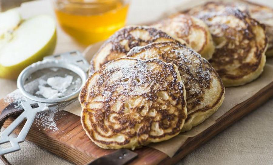 Пышные оладьи с фруктами | Оладушки и панкейки: 10 вкусных идей для осеннего завтрака | Her Beauty