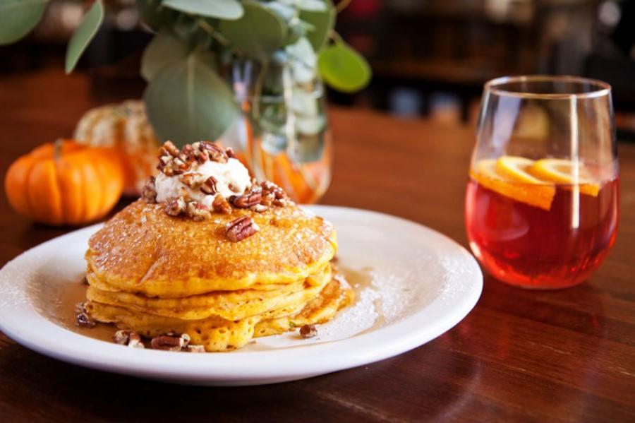 Тыквенные оладьи с глазурью и пряностями | Оладушки и панкейки: 10 вкусных идей для осеннего завтрака | Her Beauty