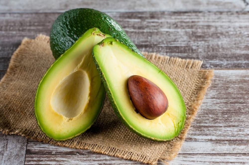 Авокадо | 8 хитрых уловок, помогающих увеличить срок годности продуктов | Her Beauty