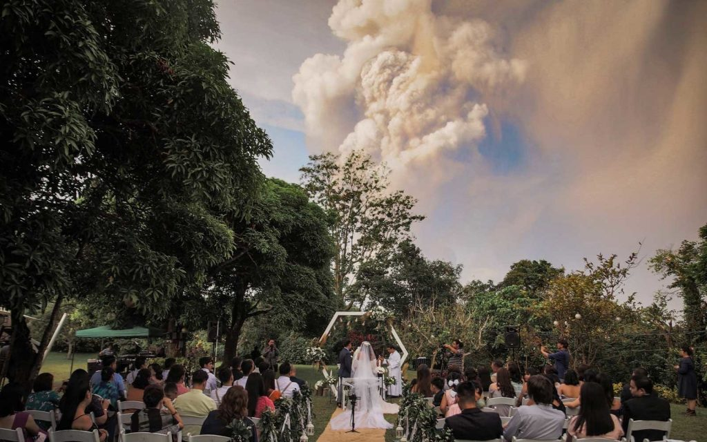 This image has an empty alt attribute; its file name is Wedding-Next-To-An-Erupting-Volcano5-1024x640.jpg